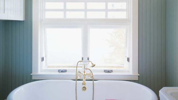period clawfoot tub