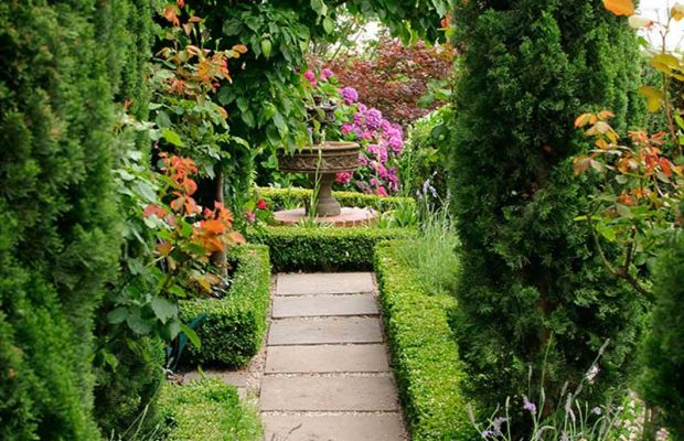 A double border—miniature boxwood hedges and flagstones in gravel—is also a path. Photo: William Wright